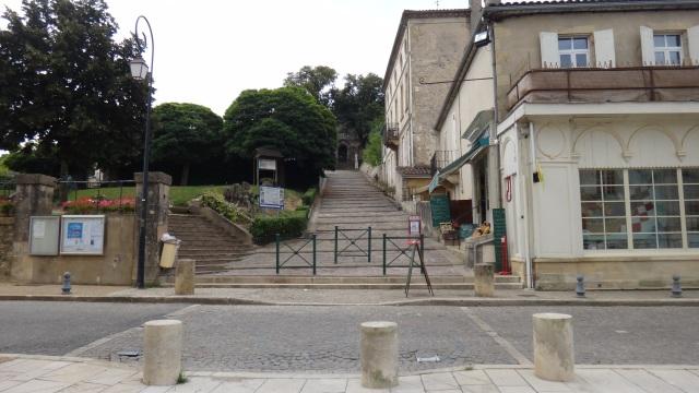 Byns affär på höger sida och rakt fram är trappan somorsakade blodvite.