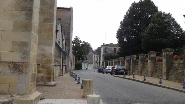 Bygatan utanför Notre-Dame de Verdelais.