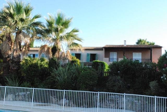 Vårt hus är det med gröna fönsterluckor.